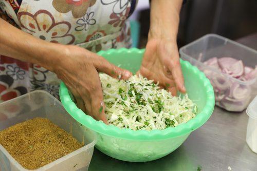 הכנת סלט כרוב - המטבח של האחיות ונורה - חוויה קולינרית מהמטבח הדרוזי
